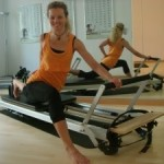 pilatesuebung single thigh stretch reformer_dagmar mathis