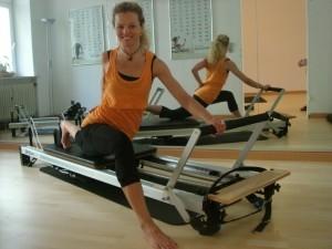 pilatesuebung single thigh stretch reformer_dagmar mathis